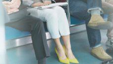 足を広げて座ると迷惑行為?炎上した女性差別の発端とは?